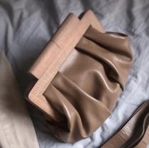 Мини-саквояж с деревянной ручкой из натуральной кожи